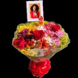 Buquê grande com flores do campo e rosas personalizado com foto
